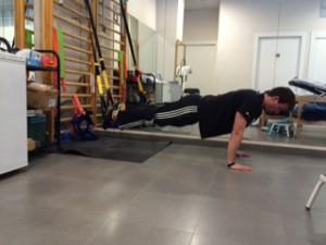 Entrenador de TRX mostrando ejercicios para el Fortalecimiento cincha abdominal mediante ejercicios de TRX. Ejercicios de Transverso del Abdomen o CORE
