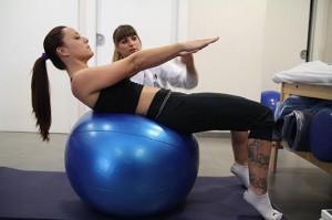 Fortalecimiento de Abdominales con Fitball para potenciar el control y estabilidad. Añadimos trabajo de Tríceps sural y tobillos al hacerlo de puntillas