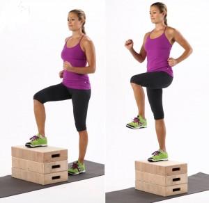 Subir al cajón y hacer ejercicios de flexión de cadera sobre para fortalecer glúteos y potenciar la estabilidad